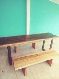 Mesa rústica em madeira tom café