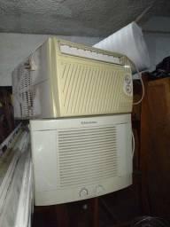 Três Ar condicionados parede