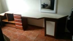 Escrivaninha conjunto com gavetas e estante