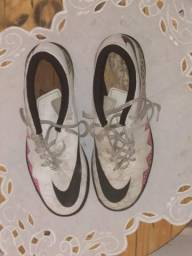 Vende-se chuteira Nike original paguei 250 100 reais a entrega 75 vem buscar