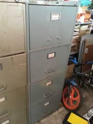 Dois arquivos de ferro, para pastas suspensas, quatro gavetas cada