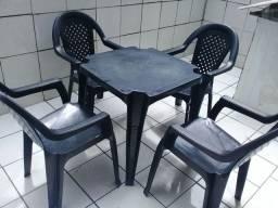 2 mesas e 4 cadeiras