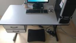 Mesa de escritório com gavetas e chave - usada