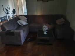Sofá em L com mesa de centro