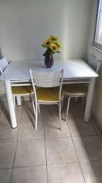 Vendo mesa cor branca com 4 cadeiras em Olaria