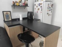 Bancada preta para cozinha ou home office
