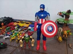 Brinquedos diversos, muitos itens.