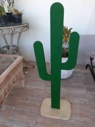 Cactus em madeira para decoração.