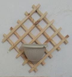 Adega e floreira de madeira