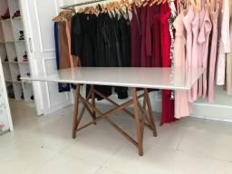 Mesa eames com pé de madeira / laqueada bege / vidro em cima