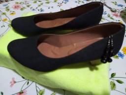 Sapato preto com pequeno salto