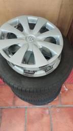 """Jogo com 4 pneus ARO 15"""" originais do Corolla usado."""