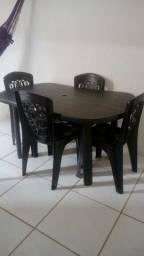 Vendo mesa com cadeiras