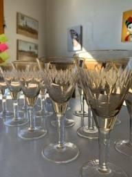 15 copos de cristal cor âmbar.