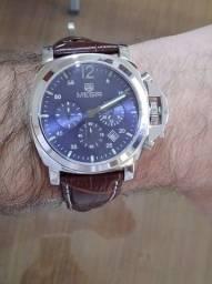 Relógio Masculino Megir Social Couro Marrom - Fundo Azul