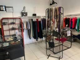 Loja de roupas femininas - Instalação e mercadorias - muito barato