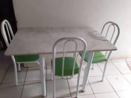 Mesa com 4 cadeiras e tampo de marmore