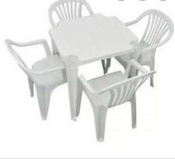 Conjunto de mesa  com 4 cadeiras de plástico branco