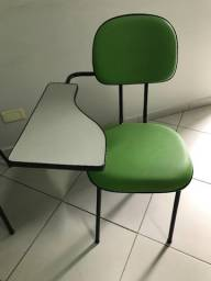 Cadeira escolar estofada.