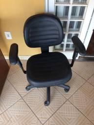 Cadeira preta com pé giratório e apoio lateral para braço.