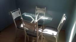 Vendo uma mesa com 4 cadeiras. super conservada