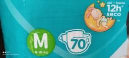 Lote promocional de fraldas com 5 pacotes tamanho M 70 unidades.