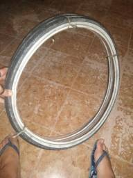 Dois pneus Aro 26 c câmara, um esta perfeito e o outro abriu.