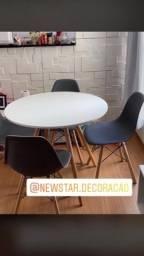 Lindo jogo de mesa com 4 cadeiras Eiffel
