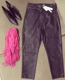Calça preta em couro com detalhe amarração