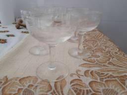 Jogo de taças de cristal muito antigo.