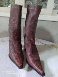Bota feminina de couro legítimo.