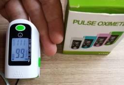 Oxímetro dedo mede oxigenação e batimentos cardíacos