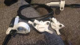 Freio hidráulico Shimano alívio branco.