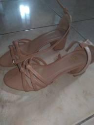 Vendo sandália nude de saltinho tamanho 37 nuca usada