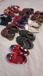 Título do anúncio: Troco lote de sandálias e roupa menino