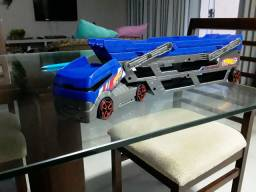 Caminhãozinho da hot Wheels azul.