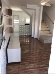 Casa duplex, 2 quartos, quintal, e com vaga na garagem