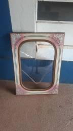 Moldura antiga com vidro bombê.