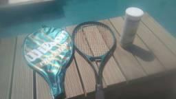 Raquete de tênis com bolas de tênis