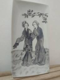 Travessa de porcelana pintura feita à mão duas gueixas assinada Elisa Rego