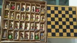 Jogo de xadrez com peças artesanais