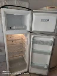 Título do anúncio: Geladeira usada gela muito bem