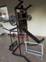Estação de musculação com vários exercícios