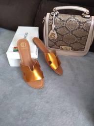 Título do anúncio: Lota 1 bolsa e duas sandálias Tam 38 novas De marca