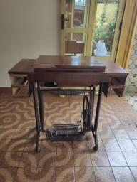 Máquina de costura Elgin Gabinete e pedal para Colecionadores.
