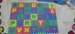 Mini-  tapete  infantil de montar  de letras e números, todos alfabéticos.