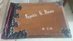 Album antigo com capa de madeira de Lei