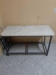 Mesa em matalon com pedra de mármore