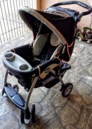 Carrinho de bebê da marca Chicco com Bebê conforto acoplado e suporte para carro