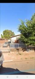 Vendo Casa - 2/4, terreno amplo com barracão e uma peça no fundo